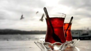 İki Çay! Biri Demli Olsun…